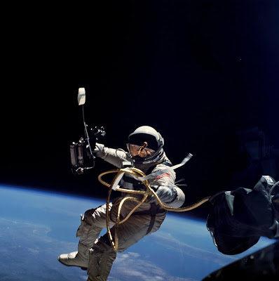 Imágenes De Astronautas En La Luna flotando