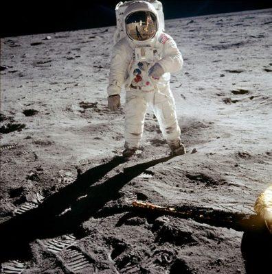 imagenes del hombre en la luna de pie