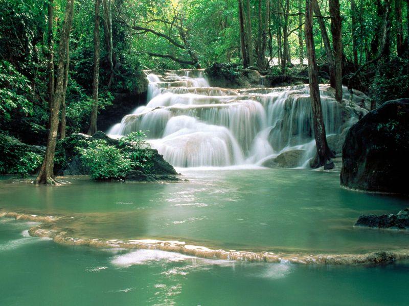 cascada natural en el rio