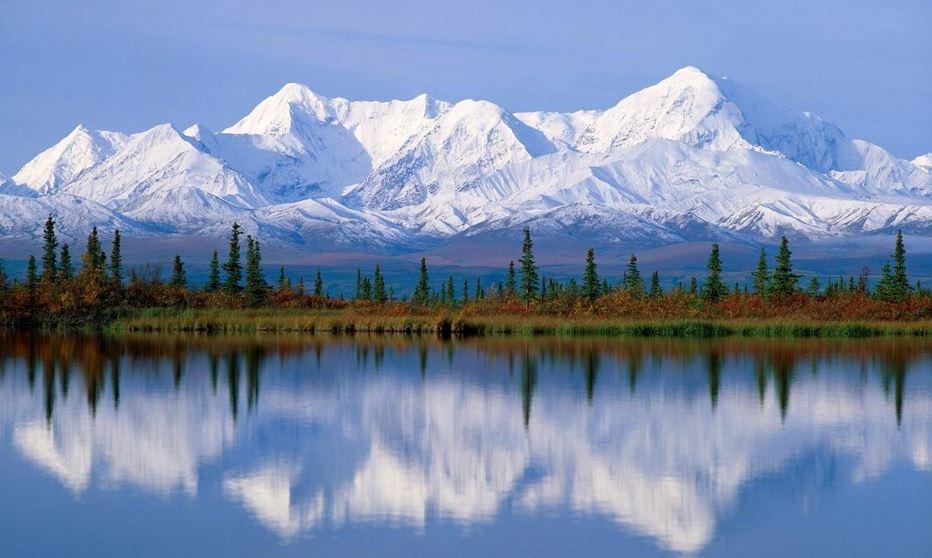 montañas y lago en invierno