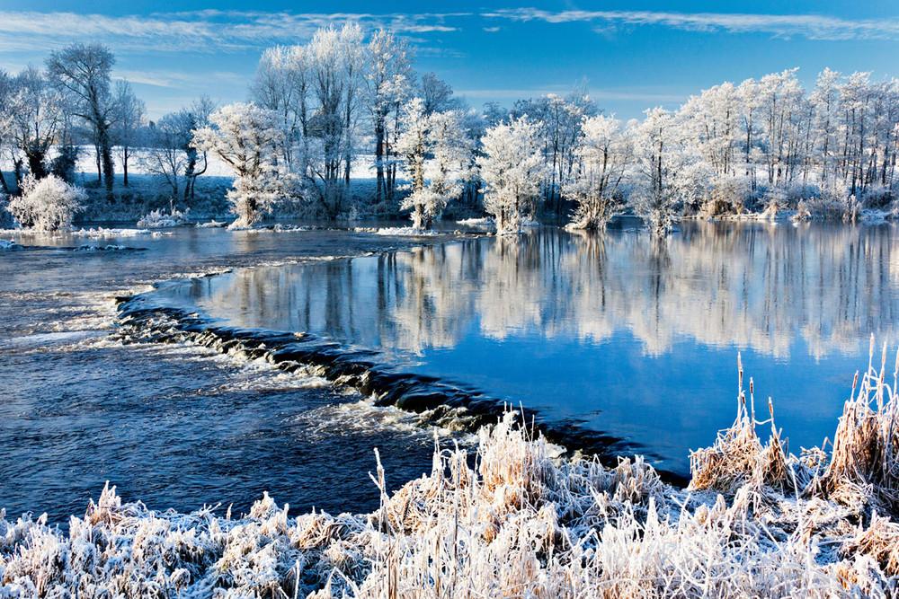 foto de paisaje invernal lago y arboles