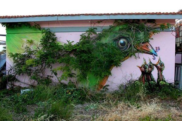 paisaje urbano con arte y plantas